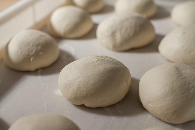 Mąka, woda, drożdże, sól i pasja - ciasto na pizzę neapolitańską